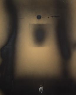 Pintura 'Mujer con claustro materno' de Fernando Peiró Coronado realizada con spray y óleo sobre cartulina. Particular obra en difuminaciones de negro.negro.