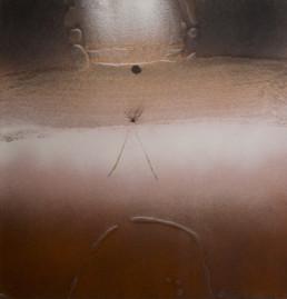'Atracción de formas por nostalgia' de Fernando Peiró Coronado es una obra de pequeño formato, realizada en spray y óleo sobre cartulina preparada con arena y látex.