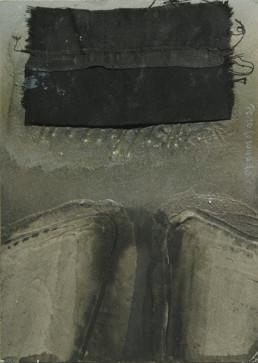'Despedida a mi madre' obra de Fernando Peiró Coronado. Medidas, 21x15. Óleo, spray y tela sobre cartulina preparada matéricamente. Obra en negros cargada de dramatismo.