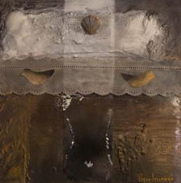 Pintura de Fernando Peiró Coronado. Universo femenino, concha y puntilla. Óleo, spray, tela, papel y concha sobre tabla preparada matéricamente. Medidas, 31x31.